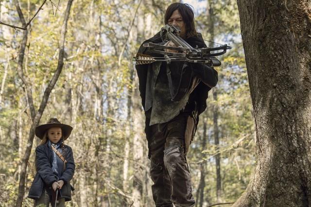 Judith (Cailey Fleming) und Daryl (Norman Reedus) auf Patrouille.