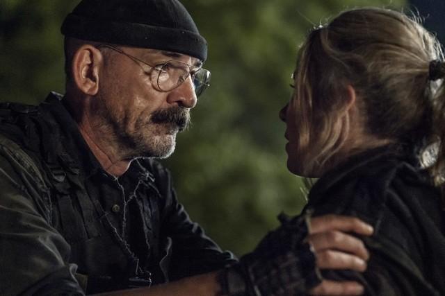Leah (Lynn Collins) entschließt sich Pope (Ritchie Coster) aufzuhalten.