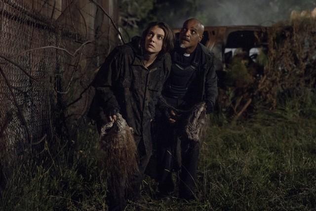 Maggie (Lauren Cohan) und Gabriel (Seth Gilliam) schleichen sich hinter die feindlichen Linien.