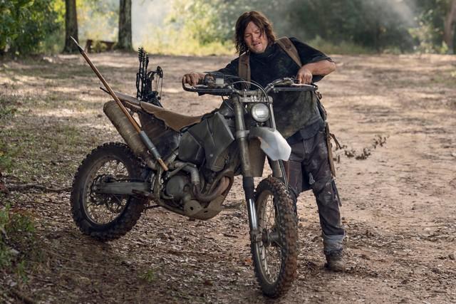 Daryl (Norman Reedus) muss sein Motorrad schieben.