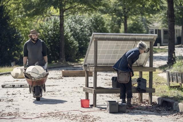 Jerry (Cooper Andrews) sorgt sich um Carol (Melissa McBride).