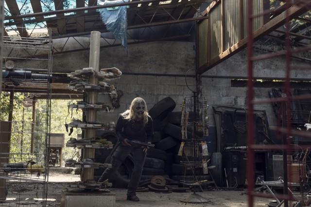 Alpha (Samantha Morton) und Daryl (Norman Reedus) haben beide mit ihren Verletzungen zu kämpfen.