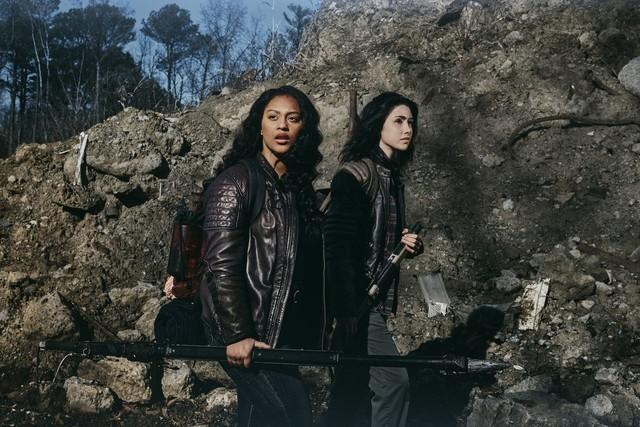 Zwei ungleiche Schwestern: Iris (Aliyah Royale) und Hope (Alexa Mansour).