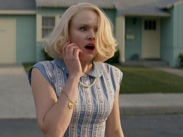 Betty (Alison Pill) in Panik: Geht's mit der Nachbarschaft bergab?