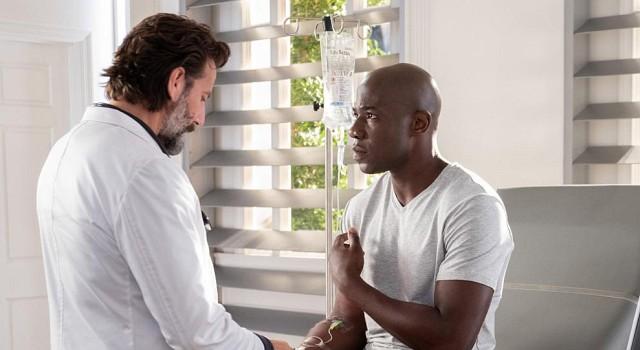 Dr. Jonas Lear (Henry Ian Cusick) hatte sich seinen Beitrag zur Medizin auch anders vorgestellt, als zum Tode Verurteilten lebensgefährliche Medizin zu verabreichen...