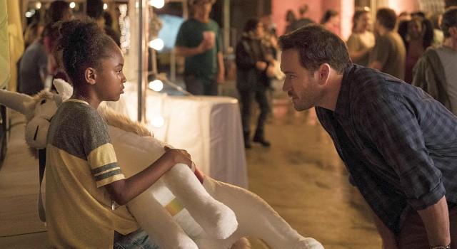 Amy (Saniyya Sidney) erweckt in FBI-Agent Brad (Mark-Paul Gosselaar) väterliche Instinkte wieder
