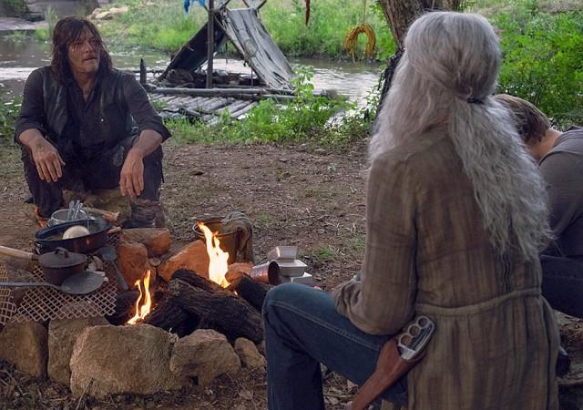 Carol (Melissa McBride) und Henry (Matt Lintz) besuchen Daryl (Norman Reedus)