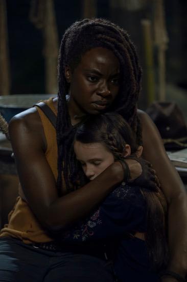 Michonne (Danai Gurira) fällt der Abschied von Judith (Cailey Fleming) sichtlich schwer.