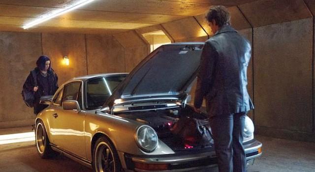 Detective Grayson (Brenton Thwaites) wird zum Mentor für Raven (Teagan Croft) - sein Sportflitzer schindet schon mal mächtig Eindruck.