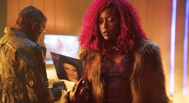 Starfire (Anna Diop) umgibt sich mit ausgebrannten Gangstern...