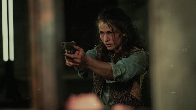 Liv (Henriette Confurius) muss zur Waffe greifen, um ihr Überleben zu sichern.
