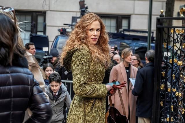 Symbolbild: Grace (Nicole Kidman), die mondäne Großstadtfrau, die alles zu haben scheint. Doch im Hintergrund sammelt sich die Presse, in der Hand das Telefon, auf dem der Ehemann nicht erreichbar ist.