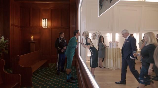Nathan (Robbie Amell) ist 'virtuell' zu Gast auf der eigenen Beerdigung - perfekt ausgerichtet von Freundin Ingrid (Allegra Edwards).