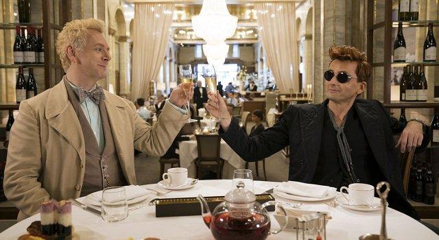 Engel Aziraphale (Michael Sheen) und Dämon Crowley (David Tennant) wissen das irdiche Leben zu schätzen.