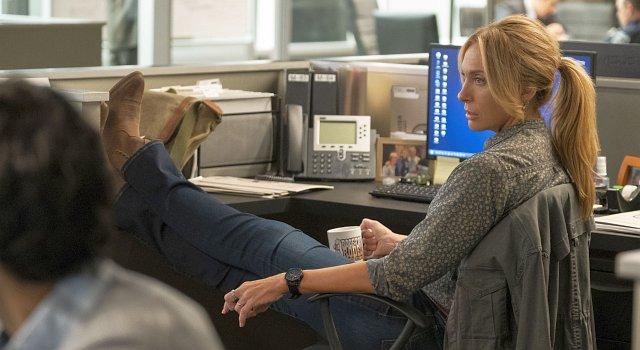 Toni Collette als Detective Grace Rasmussen.