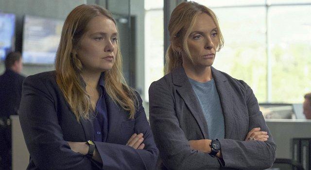 Die Detectives Duvall (Merritt Wever, l.) und Rasmussen (Toni Collette).