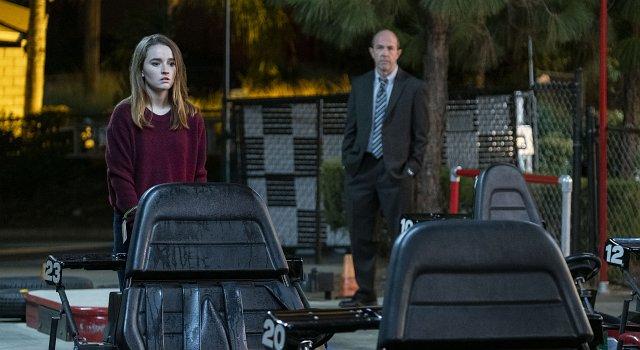 Der Cop (Eric Lange als Detective Robert Parker, r.) und das Opfer (Kaitlyn Dever als Marie Adler).