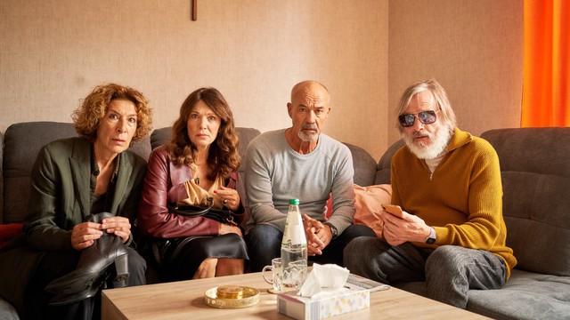 Eine Sonnenbrille allein reicht da nicht: Die vier Freunde versuchen, einen Tod zu vertuschen