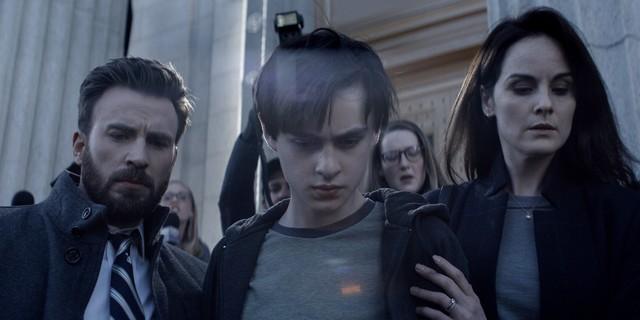 """Vater Andy (Chris Evans), Sohn Jacob (Jaeden Martell) und Mutter Laurie (Michelle Dockery) in """"Verschwiegen""""."""