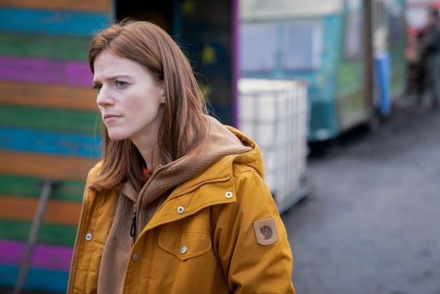 Die Polizistin Kirsten Longacre (Rose Leslie) sucht an Land nach Hinweisen.