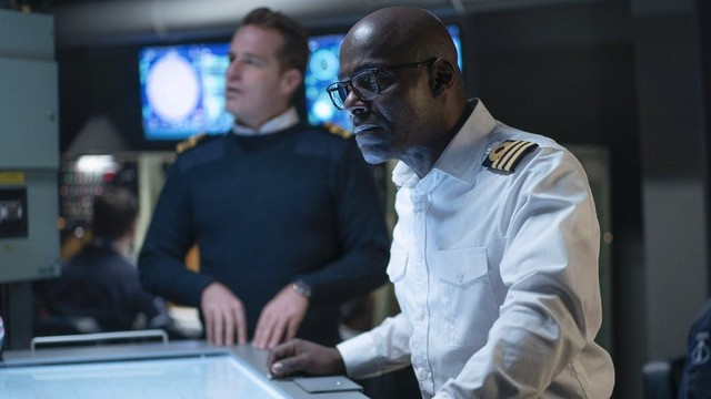 Kommandant Neil Newsome (Paterson Joseph, vorne) und sein Stellvertreter Mark Prentice (Adam James) haben an Bord alle Hände voll zu tun.