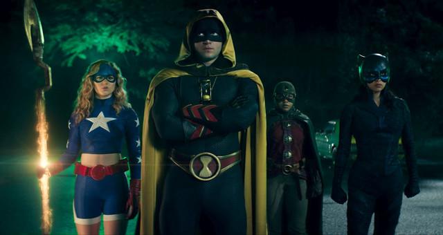 """Die jugendlichen """"Superhelden"""" um Stargirl (Brec Bassinger, l.) sehen in dieser Serie nicht sonderlich modern aus."""
