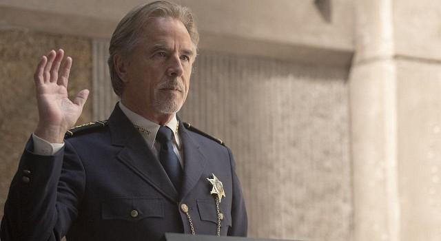 Der Polizeichef von Tulsa Judd Crawford (Don Johnson) führt seine Truppe nicht zum ersten Mal durch eine schwierige Zeit.
