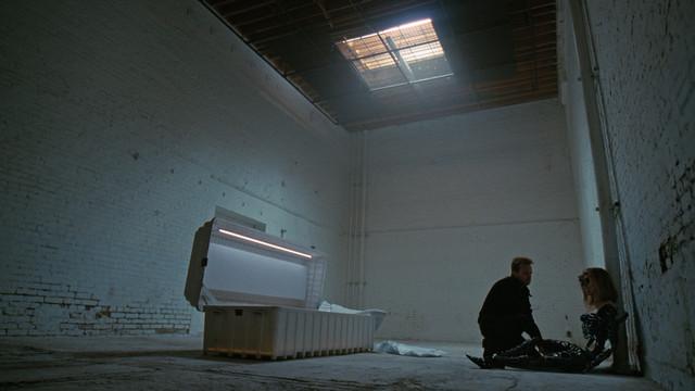 Caleb (Aaron Paul) setzt Dolores (Evan Rachel Wood) wieder zusammen.