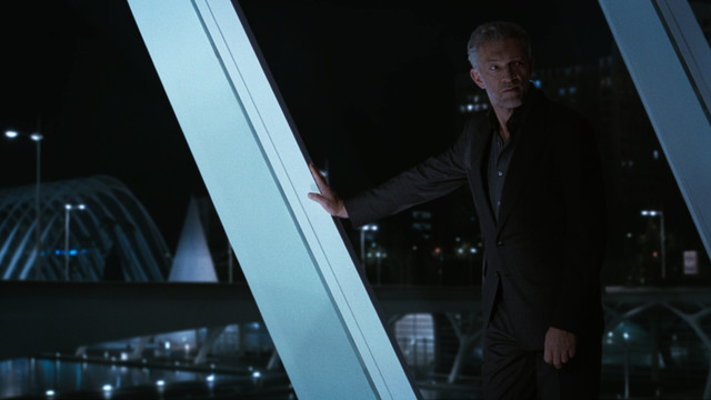 Serac (Vincent Cassel) versucht Dolores aufzuhalten.