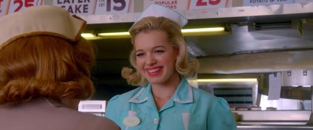 April (Sadie Calvano) ahnt nicht, wer ihre neue beste Freundin wirklich ist.