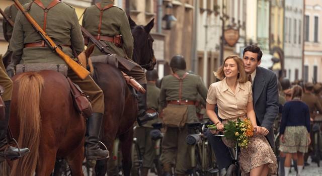 Junge Liebe zwischen Harry (Jonah Hauer-King) und Kasia (Zofia Wichlacz) im Schatten der berittenen polnischen Soldaten - die gegen Nazi-Panzer keine Chance haben werden.