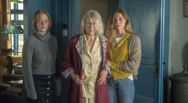 Die in die Jahre gekommene Eva (Corinna Harfouch) zwischen ihren Enkelinnen Lara (Leonie Benesch, l.) und Vivi (Svenja Jung)