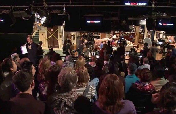 """Die Zuschauerränge von """"The Big Bang Theory"""" während einer Aufzeichnung, Anheizer inklusive."""