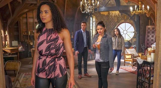 Macy, Harry, Mel und Maggie müssen sich gleich in ihrem Haus ihrer Haut erwehren.