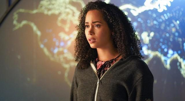 Macy (Madeleine Mantock) wird die Situation auf der Welt bewusst.