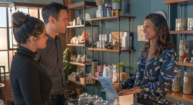 Neue Hilfe? Mel (Melonie Diaz), Harry (Rupert Evans) und die Betreiberin des kleinen Hexenladens, Katrina (Shiva Kalaiselvan)