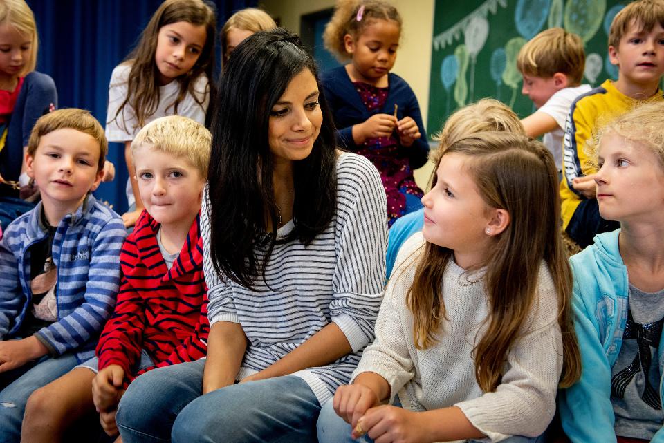 Collien Ulmen-Fernandes unterhält sich mit Kindern