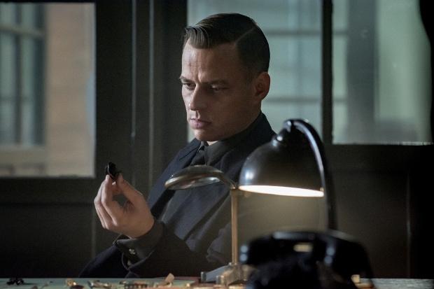 Tom Wlaschiha als Gestapo-Chef Hagen Forster