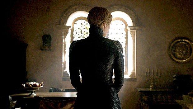 Cersei blickt ihrem Tribunal kalt-entschlossen entgegen ...