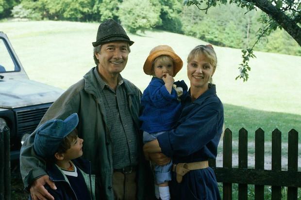 Andrea mit Katharina, Martin und Florian. Im Hintergrund der Wald, in dem sie wenige Folgen später den Tod finden wird.