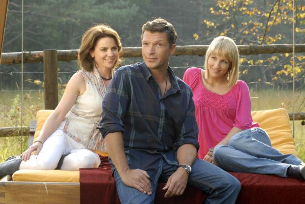 Warum entscheiden, wenn man beide Schwestern haben kann? Stefan (Hardy Krüger jr.) zwischen Marie (Gisa Zach) und Daniela (Maxi Warwel)