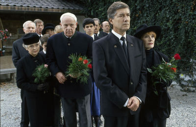 Familie und Freunde folgen Angelikas Sarg vom Forsthaus...
