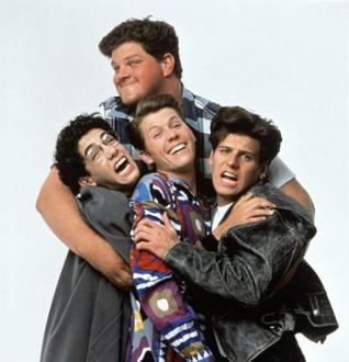 Schulriese Larry Kubiac hat die drei Freunde Jerry, Parker und Mikey etwas zu lieb.