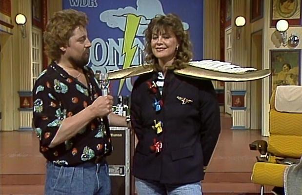 Jürgen von der Lippe mit einer Kandidatin, die Stewardess werden wollte