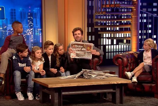 """Luke Mockridge präsentiert den Kindern, zu welchen Schlagzeilen der """"Fernsehgarten""""-Auftritt geführt hat."""