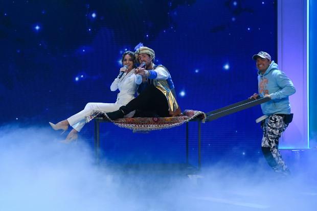 Luke Mockridge als Aladdin mit Mandy Capristo als Jasmin auf dem fliegenden Teppich.
