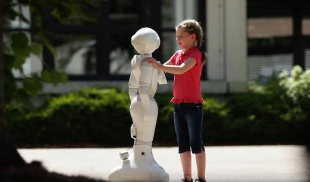 Lara findet in Roboter K.N.U.T. einen neuen Freund.