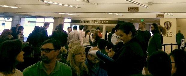"""Durchhalten im Parkhaus: Zuschauer für mehrere Shows drängen sich auf den unbequemen Wartebänken im """"Visitors Center""""."""
