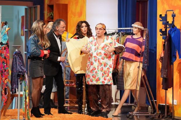 Panagiota Petridou, Hugo Egon Balder, Judith Williams und Wigald Boning suchen sich Kostüme aus.